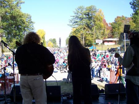 Joe & Helena sing for 25,000 at the SOA